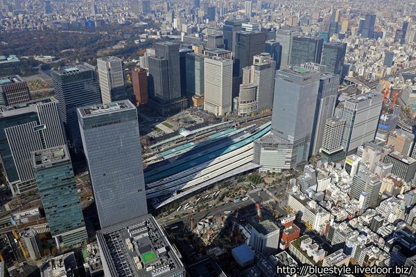 東京駅前の超高層ビル群の空撮