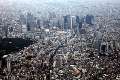 新宿の超高層ビル群と新宿イーストサイドの空撮