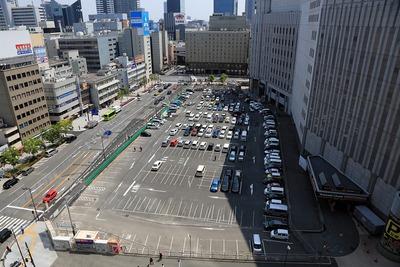 グランフロント大阪 南館タワーAから見たヨドバシ梅田の駐車場