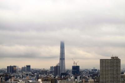 雲に隠れる東京スカイツリー
