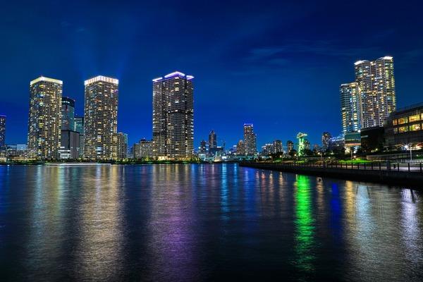 晴海のタワーマンション群と豊洲の夜景