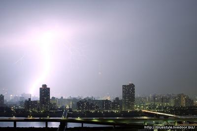 東京都内に巨大な落雷