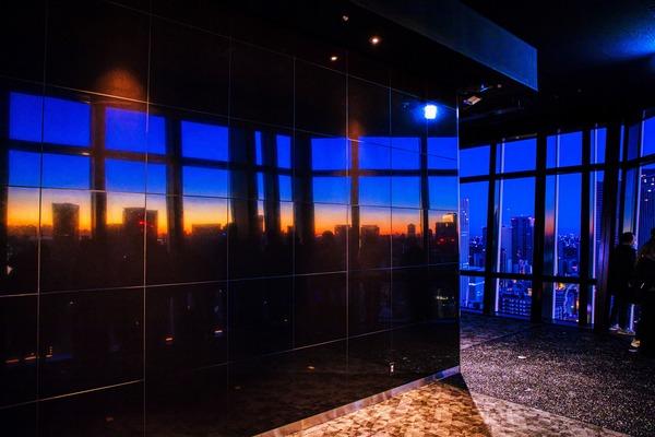 東京タワーから見た夜明けの東京タワーのメインデッキ