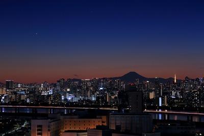 トワイライトタイムの夜景と金星と水星