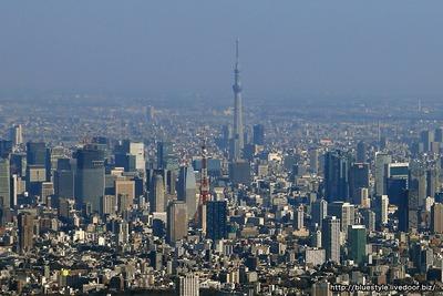 東京スカイツリーと東京タワーの空撮