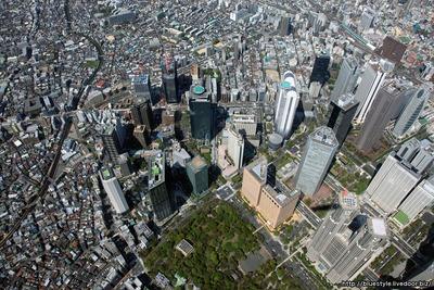 西新宿の超高層ビル群の空撮