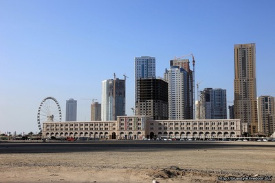 シャルジャ・アイと超高層ビル群