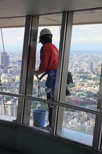 東京タワーの展望台の窓拭き