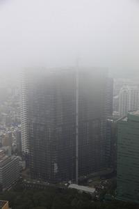 雲に隠れるセントラルパークタワー・ラ・トゥール新宿