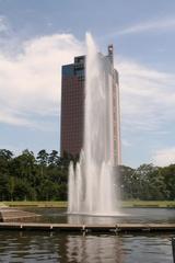 群馬県庁と噴水