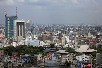 アサヒビールタワーから見た浅草タワーと浅草寺