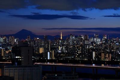 トワイライトタイムの富士山と東京タワーと超高層ビル群