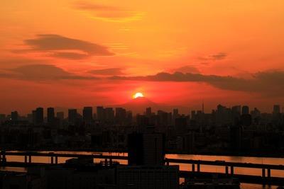 東京超高層ビル群とダイヤモンド富士