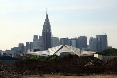 東京体育館と新宿の超高層ビル群
