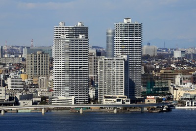 横浜マリンタワーから見たコットンハーバータワーズ