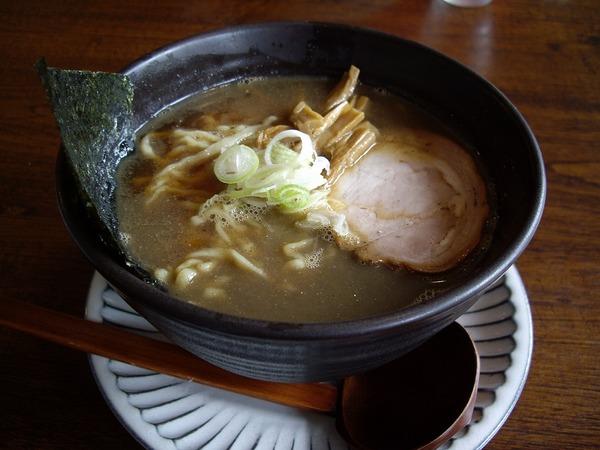 拉麺二段男煮干しラーメン別角度