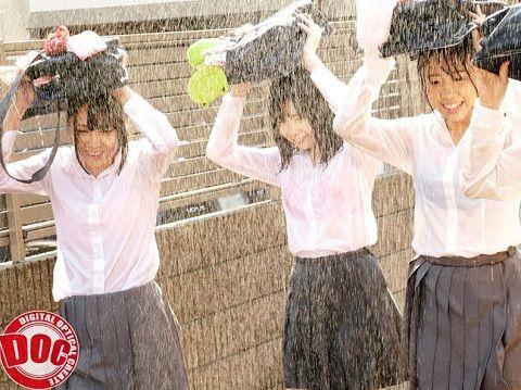 【最新作】突然の夕立ちに傘もない妹の友達たちが僕の家に駆け込んできた…!ビショビショに濡れた制服の下からのぞく未発達の身体に興奮した僕は… 3