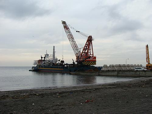 クレーン船と芦名港