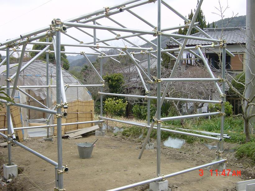 単 管 パイプ 小屋 単管パイプ小屋の ポリカーボネイト波板、屋根作り工作