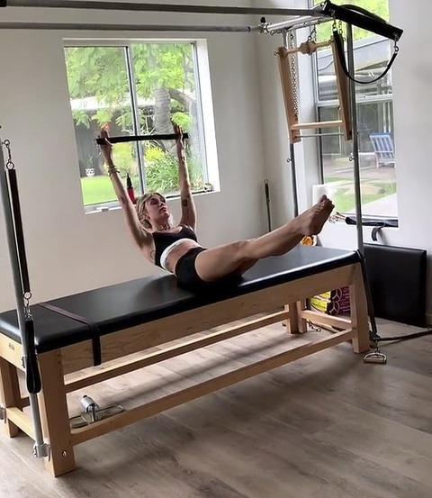 【極限まで痩せた…!?】マイリー・サイラスがスポーツブラでワークアウト!Miley Cyrus reveals her core strength