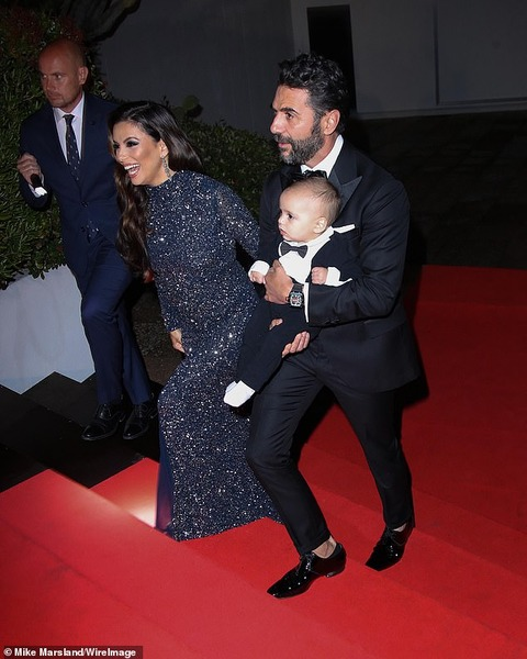 【乳児をレッドカーペットに同伴…!?】エヴァ・ロンゴリアが夫のホセ・バストンと11ヶ月の息子を連れてカンヌ国際映画祭に登場!Eva Longoria and José Bastón bring son Santiago to Cannes Film Festival
