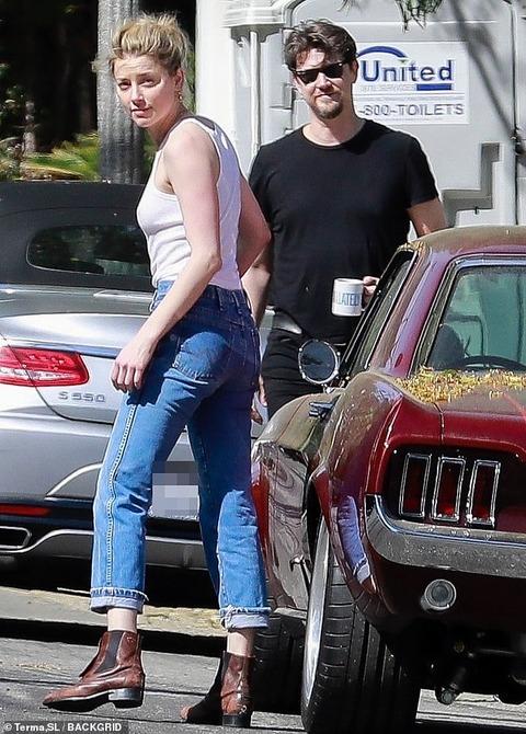【ブラレス白タンクトップ…!?】アンバー・ハードが噂の新恋人とお出かけ!Amber Heard steps out with Andy Muschietti