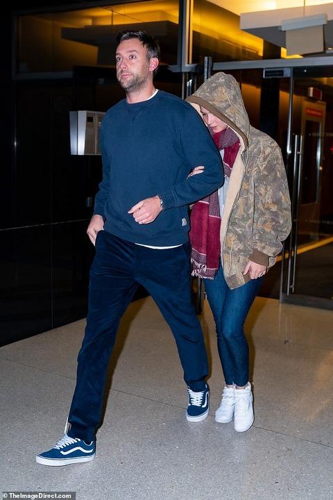 【左手薬指に巨大な指輪を光らせラブラブ…!?】ジェニファー・ローレンスが夫のクック・マロニーと映画の試写会にお出かけ!Jennifer Lawrence at a screening of The Irishman