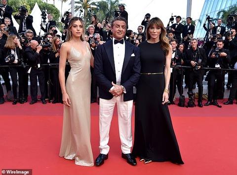 【娘がゴージャスすぎる…!?】シルヴェスター・スタローンが妻ジェニファー、娘システィーンと一緒にカンヌ国際映画祭に登場!Sylvester Stallone at The Specials premiere for Cannes closing ceremony