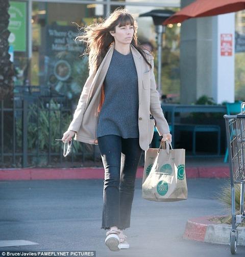 【動画アリ】迫力のスッピン!?一瞬誰かわからないジェシカ・ビールがスーパーマーケットにお出かけ!