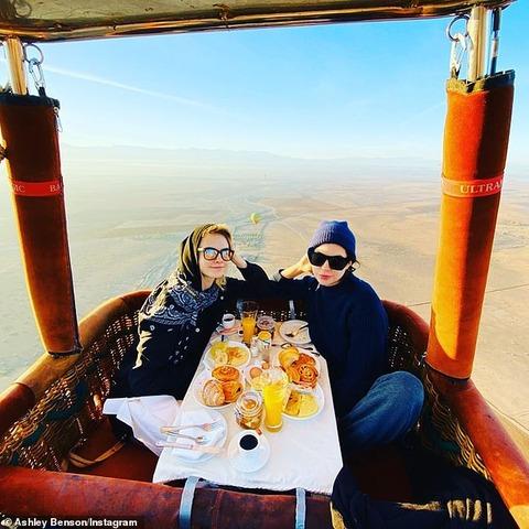【ヘルメットの上からキス…!?】カーラ・デルヴィーニュが恋人のアシュレイ・ベンソンとモロッコでバケーション!Cara Delevingne and Ashley Benson in Morocco