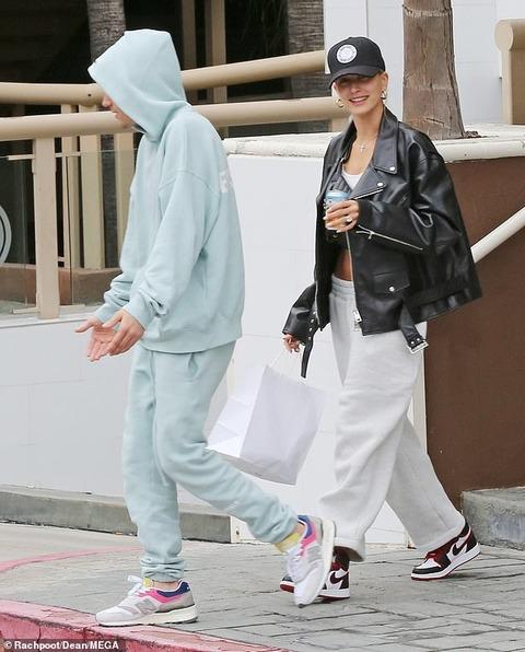 【お腹チラ見せでご機嫌…!?】ジャスティン・ビーバーとヘイリー・ビーバーがランチデート!Hailey Bieber joins husband Justin for lunch