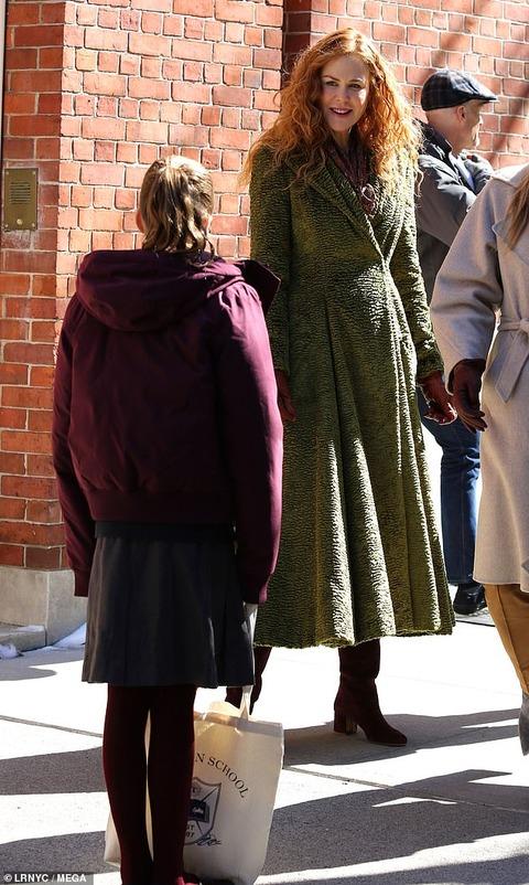 【制服姿が激カワ…!?】ニコール・キッドマンが娘たちとTVドラマに登場!Nicole Kidman is seen on the set of The Undoing