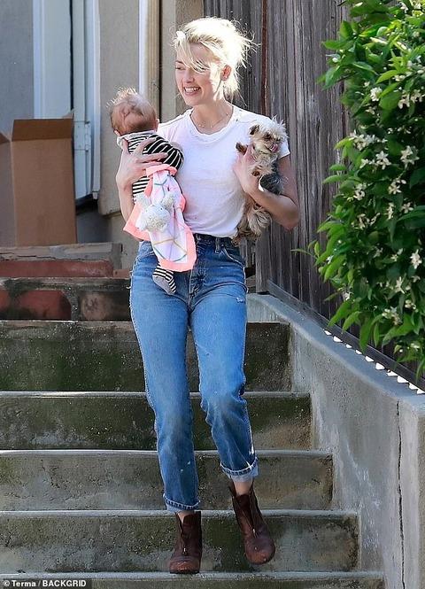 【ボサ髪&ブラレスでご機嫌…!?】アンバー・ハードが赤ちゃんを抱っこしてお出かけ!Amber Heard steps out in Los Angeles