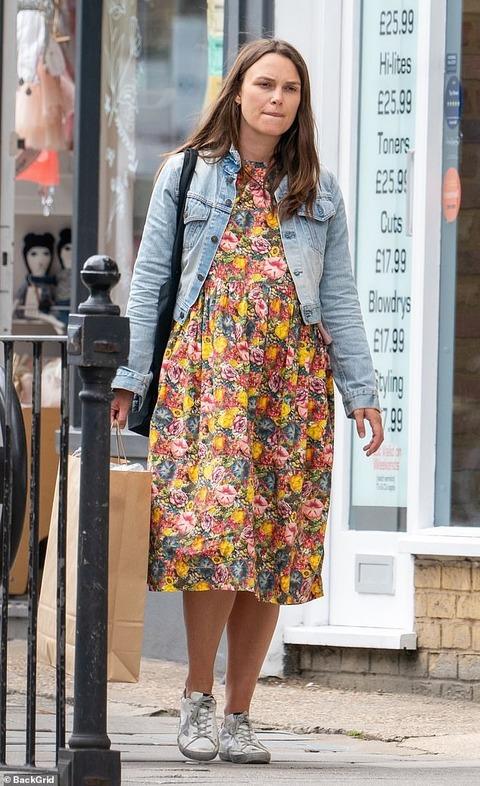 【脚がむくんで表情険しい…!?】第二子妊娠中のキーラ・ナイトレイがロンドンでお出かけ!Keira Knightley steps out in London