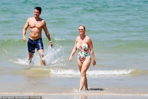 【お腹ぽっこりで妊娠中と話題に…!?】水着姿のケイティ・ペリーとオーランド・ブルームがフランスのビーチでバケーション!Katy Perry and Orlando Bloom on French beach