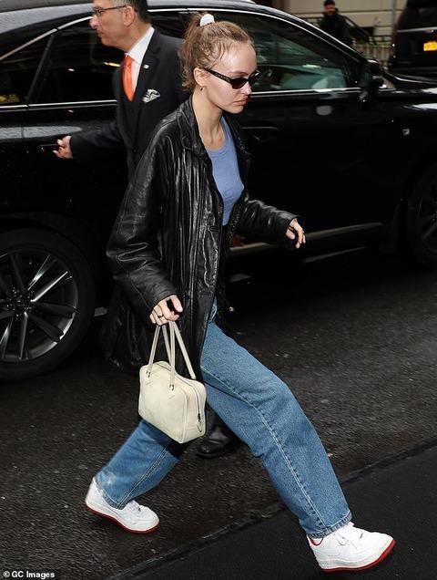 【ブラレスのインパクトがデカい…!?】リリー・ローズ・デップとグウィネス・パルトロウがMet Galaのフィッティングにお出かけ!Lily-Rose Depp and Gwyneth Paltrow arrive for a pre-Met Gala fitting