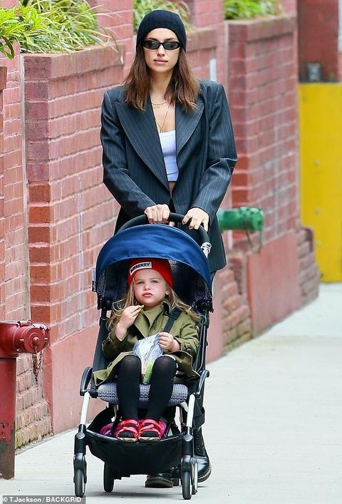 【美少女っぷりが加速中…!?】イリーナ・シェイクが娘のリアとお出かけ!Irina Shayk takes a stroll with daughter Lea