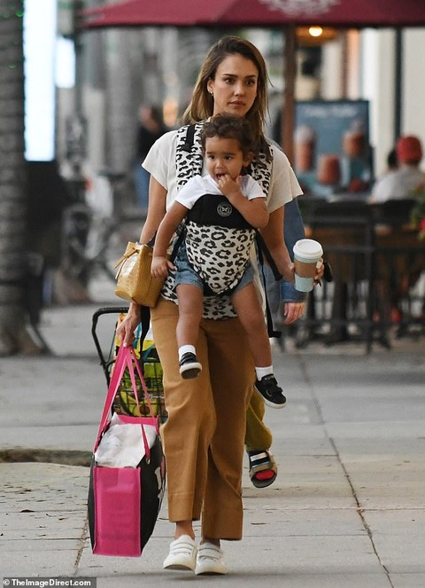 【指しゃぶりが激しい…?】ジェシカ・アルバが息子のヘイズを抱っこしてお出かけ!Jessica Alba shops in Beverly Hills