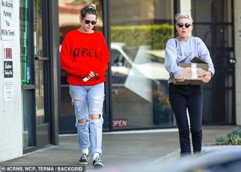【プロポーズしたくてたまらない…!?】クリステン・スチュワートが恋人のディラン・マイヤーとワインショップにお出かけ!Kristen Stewart and Dylan Meyer head to a wine shop