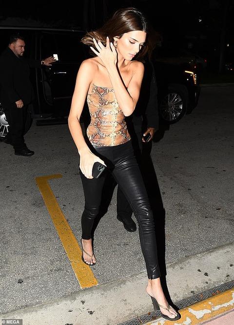 【背中ぱっくりが大胆…!?】ケンダル・ジェンナーがベラ・ハディッドとディナーにお出かけ!Kendall Jenner heads out to dinner in Miami