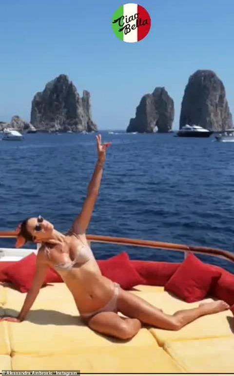 【娘と彼氏が仲良し…!?】ビキニ姿のアレッサンドラ・アンブロジオが恋人のニコロ・オッディとカプリ島でバケーション!Alessandra Ambrosio on vacation in Capri, Italy