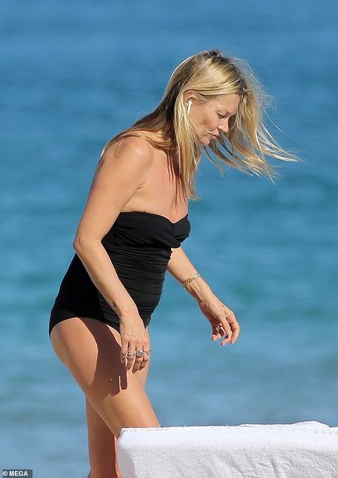 【すんごいセルライト…!?】水着姿のケイト・モスがマイアミビーチでバケーション!Kate Moss enjoys a beach day in Miami