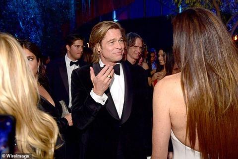 【キム・カーダシアンとも握手…!?】ブラッド・ピットがアカデミー賞のアフターパーティに登場!Brad Pitt holds hands with Kim Kardashian