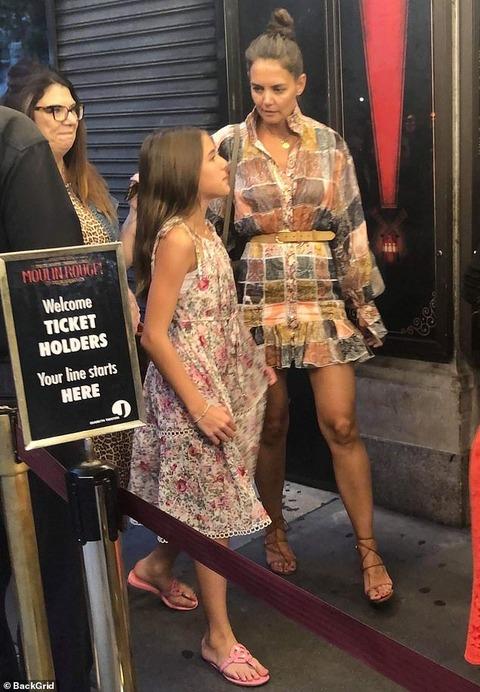 【気合いが入った超ミニ…!?】ケイティ・ホームズと娘のスリがブロードウェイミュージカルにお出かけ!Katie Holmes and daughter Suri see Moulin Rouge