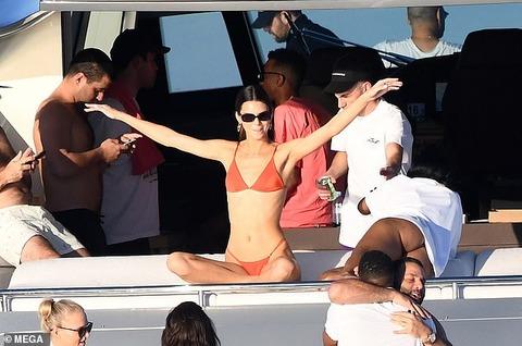 【美ヒップをアピール…!?】Tバックビキニのケンダル・ジェンナーがマイアミでクルージング!Kendall Jenner on David Grutman's yacht in Miami