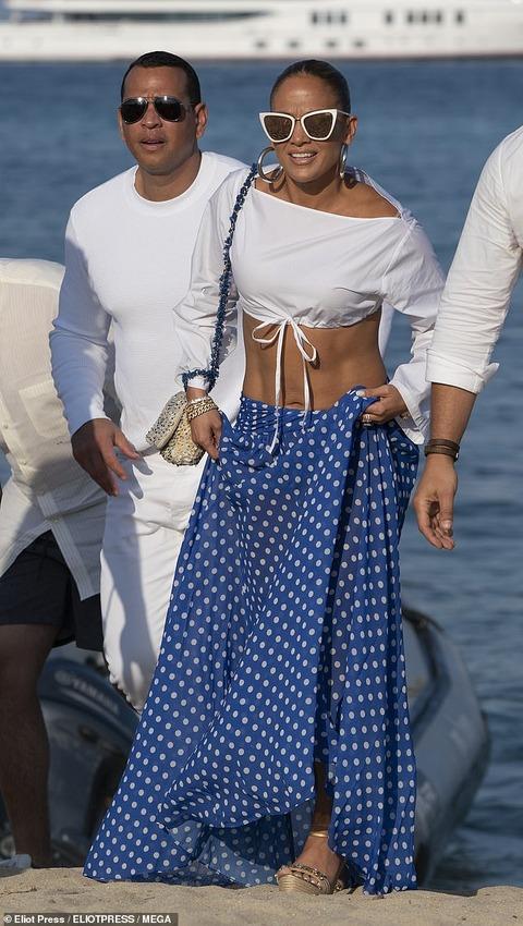 【50歳とは思えない美腹筋…!?】ジェニファー・ロペスが婚約者のアレックス・ロドリゲスとサントロペでバケーション!Jennifer Lopez joins fiancé Alex Rodriguez at Magic Johnson's birthday party