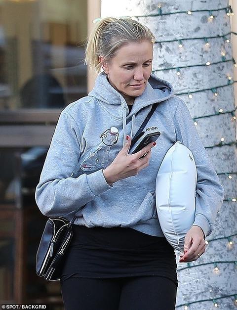 【お肌キレイ…!?】すっぴんのキャメロン・ディアスが美容皮膚科にお出かけ!Cameron Diaz steps out for Beverly Hills skin care clinic
