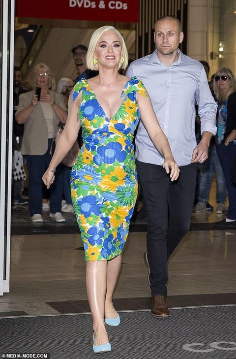 【胸もお腹も大きく…!?】妊娠中のケイティ・ペリーがベビーグッズ売り場にお出かけ! Katy Perry goes shopping at a luxury baby store