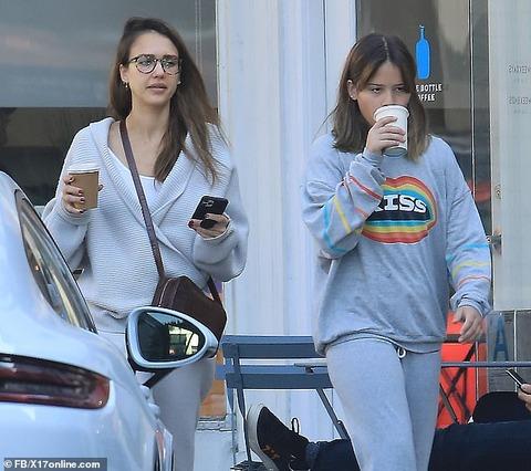 【11歳にしてはデカい…!?】ジェシカ・アルバが娘のオナーとカフェにお出かけ!Jessica Alba grabs a coffee with daughter Honor