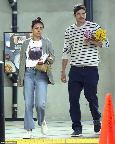 【すっぴんがお疲れ顔…!?】ミラ・クニスとアシュトン・カッチャーがスーパーにお出かけ!Mila Kunis steps out with Ashton Kutcher